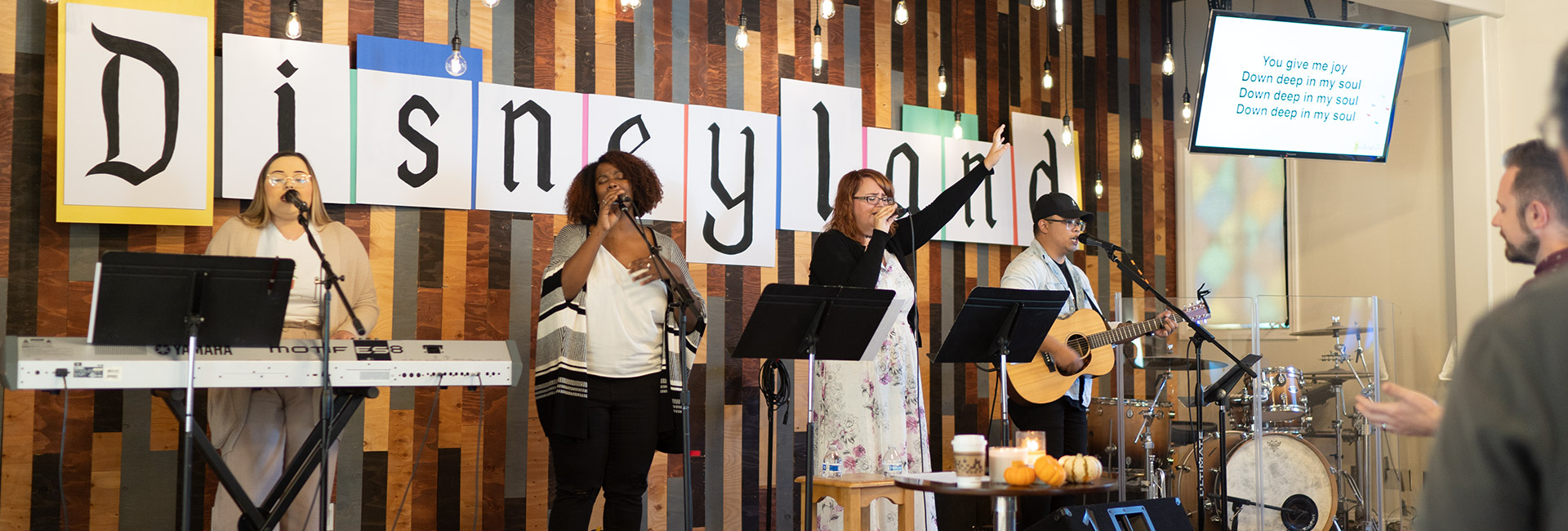 Worship team in Ventura leading Church to praise Jesus